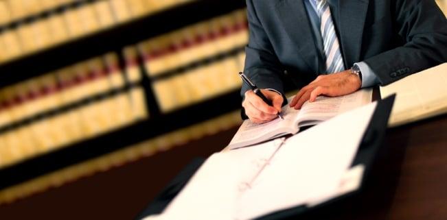 Eine Kanzlei oder ein Anwalt für Urheberrecht prüfen Lizenzverträge und gehen gegen Urheberrechtsverletzungen vor.