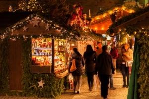 In der Regel darf lizenzfreie Weihnachtsmusik kostenlos bzw. gebührenfrei in der Öffentlichkeit vorgetragen werden.