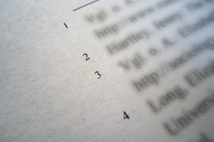 In wissenschaftlichen Arbeiten wird die Quellenangabe häufig durch Fußnoten ergänzt.