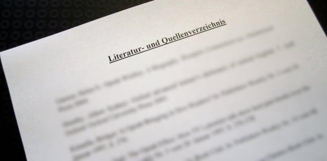 Die Quellenangabe erfolgt bei wissenschaftlichen Arbeiten sowohl im Literaturverzeichnis als auch in Fußnoten.