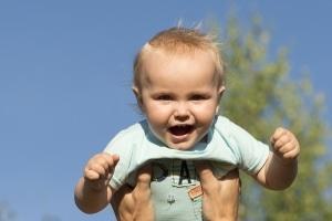 Recht am einen Bild für Kinder: Erklärt bzw. abgetreten wird dieses abhängig vom Alter vor allem durch die Eltern.