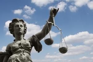 Gemäß Kunsturhebergesetz kann ein Verstoß gegen das Recht am eigenen Bild eine Straftat darstellen.