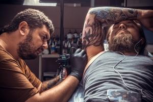 Wer besitzt bei einem Tattoo das Urheberrecht?
