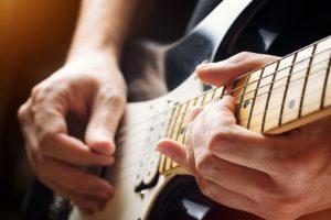 Urheberrecht: Das Nutzungsrecht für Musik kann der Komponist vergeben.