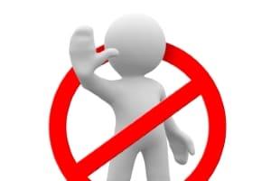 Verstöße gegen das UWG: Im Gesetz aufgeführte Beispiele sind etwa irreführende Angaben oder unerwünschte Werbung.