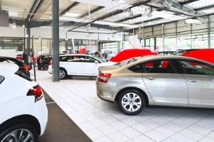 Was sind typische Produktplatzierungen? Automarken werben gerne mit dieser Methode.