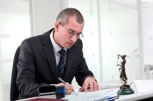 Was ist bei einer Urheberrechtsverletzung zu tun? Am besten suchen Sie einen Rechtsanwalt auf.