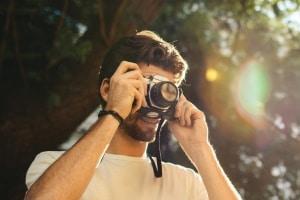 Wer ist der Urheber eines Fotos? Hierbei handelt es sich um die Person, die den Auslöser der Kamera bedient.